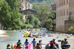 Niños nadando en el río