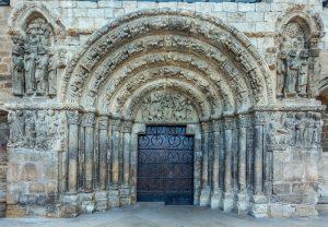 Vista general del pórtico de la iglesia de San Miguel de Estella - Lizarra 2