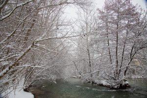 Fotografía del río con nieve