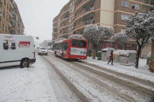 Autobús publico en una carretera nevada