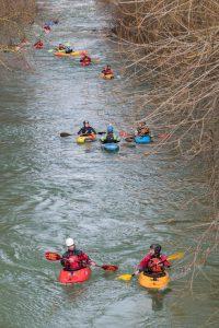 Personas haciendo piragüismo en el río ega