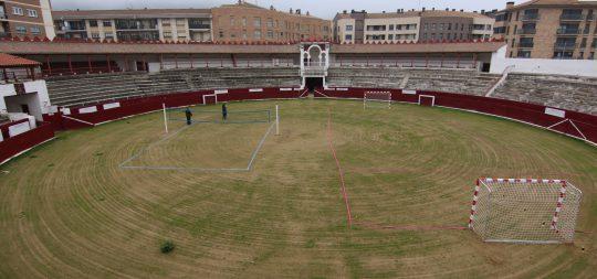 Imagen El Ayuntamiento habilita el ruedo de la plaza de toros para la práctica de deportes de playa