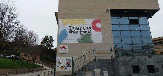 Imagen Una gran lona con el nuevo logo del Área luce ya en la fachada de la Casa de la Juventud