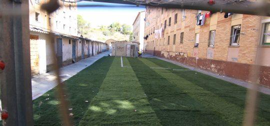 Imagen El Ayuntamiento habilita un pequeño campo de fútbol de hierba artificial en el barrio de La Merced tras la solicitud realizada por la asociacion Ker Kali